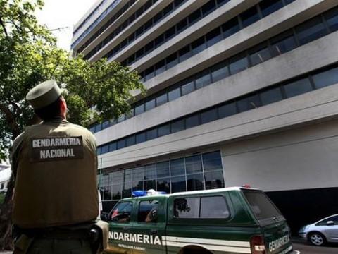 Sede da empresa Cablevisión, tomada e cerca pela polícia na Argentina (Foto: Silva Colombo/La Nacíon)