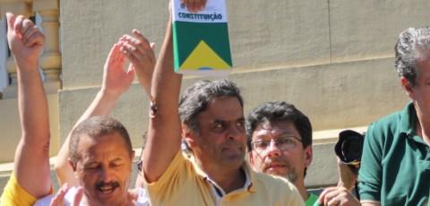 Presidente do PSDB, Aécio Neves faz o que os petistas não podem: erguer a Constituição