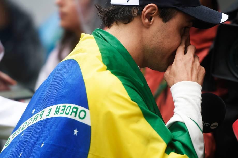 O piloto brasileiro Felipe Massa carrega bandeira do Brasil após abandonar prova no Autódromo de Interlagos - 13/11/2016