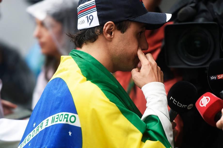 O piloto brasileiro Felipe Massa carrega bandeira do Brasil ao abandonar prova no Autódromo de Interlagos - 13/11/2016