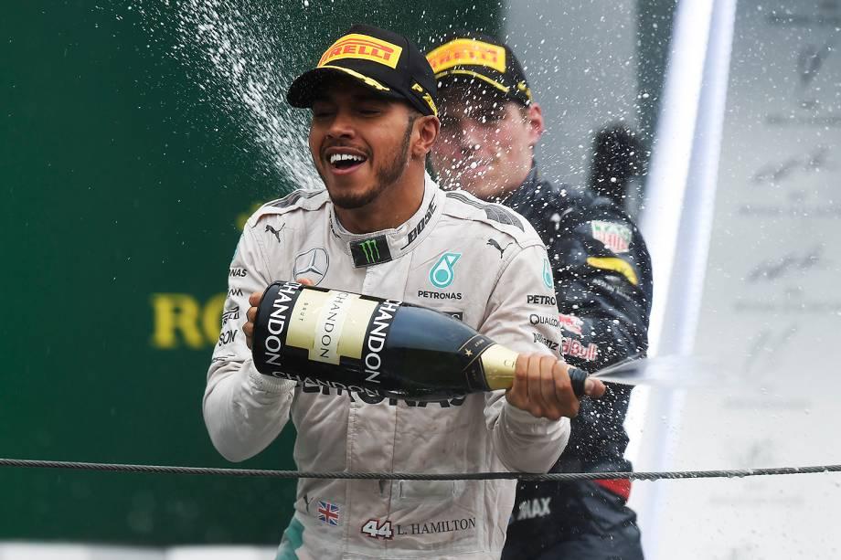 O piloto britânico Lewis Hamilton comemora após vencer o Grande Prêmio do Brasil de Fórmula 1, realizado no Autódromo de Interlagos - 13/11/2016