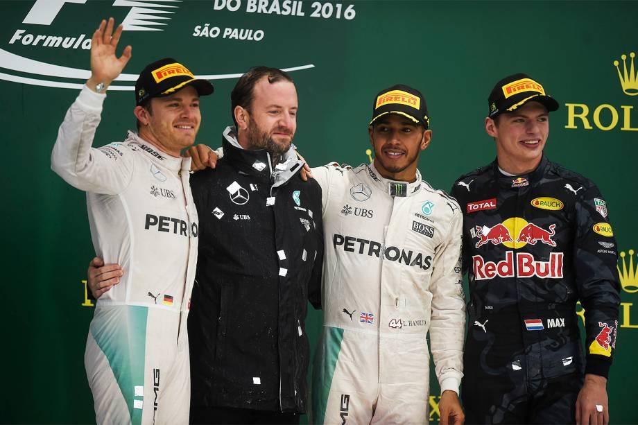 Os pilotos Nico Rosberg (esq), Lewis Hamilton (centro) e Max Verstappen (dir), durante cerimônia de premiação no Grande Prêmio do Brasil de Fórmula 1, realizado no Autódromo de Interlagos - 13/11/2016