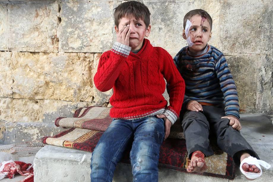 Meninos feridos em um hospital de campanha choram após ataques aéreos sobre o Alepo - 18/11/2016