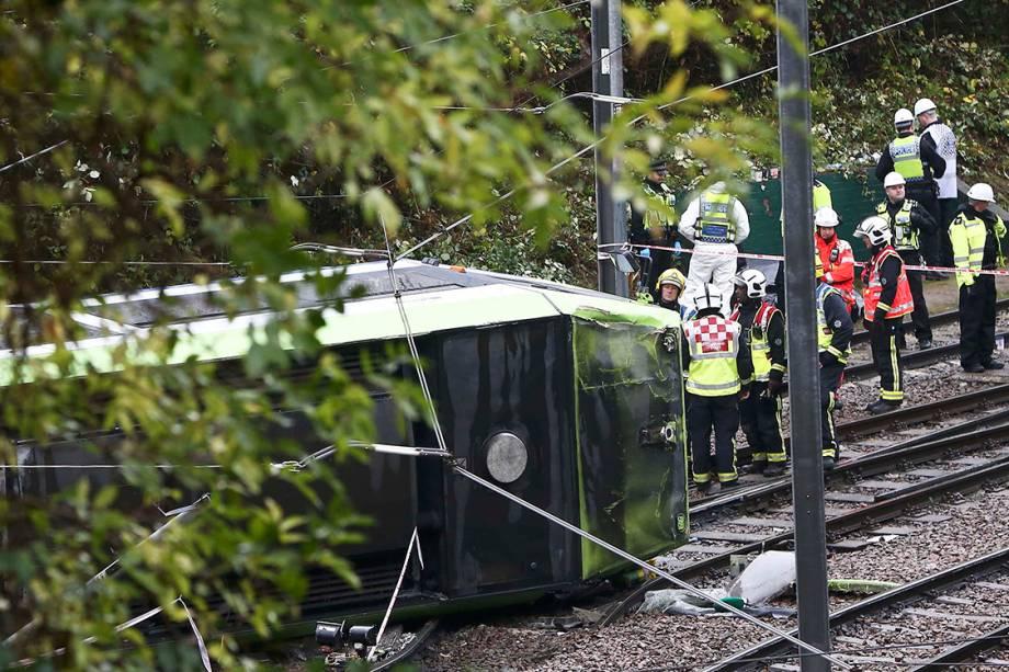 Resgate tenta retirar vítimas de batida de trem que virou na pista em Croydon, Londres - 09/11/2016
