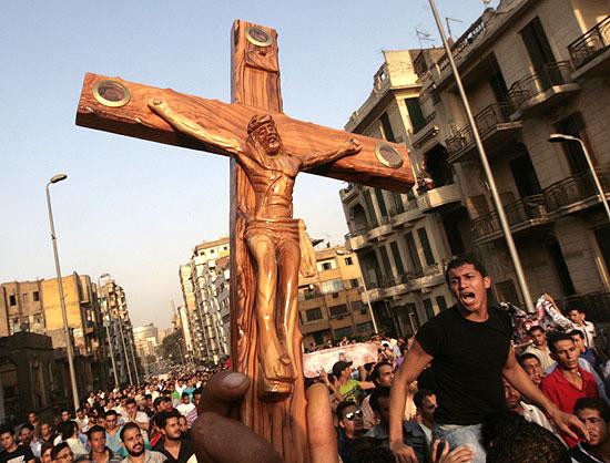 Cristãos durante ato de protesto, ontem, no Cairo, contra a morte de 25 pessoas (Amr Nabil/Associated Press )