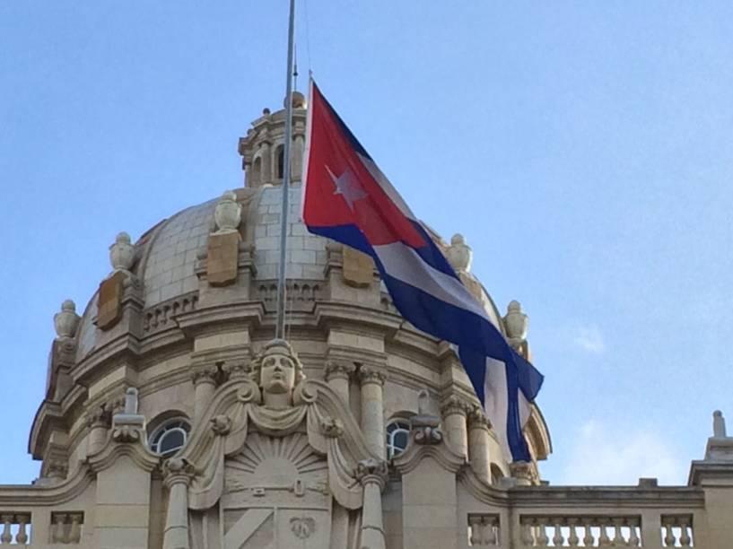 Em Havana, bandeira cubana fica a meio mastro após morte de Fidel Castro