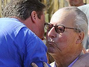 Bênção: David Cameron beija o pai; agora, tem que se explicar