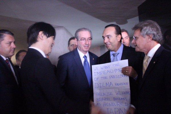 Deputado entrega cartaz