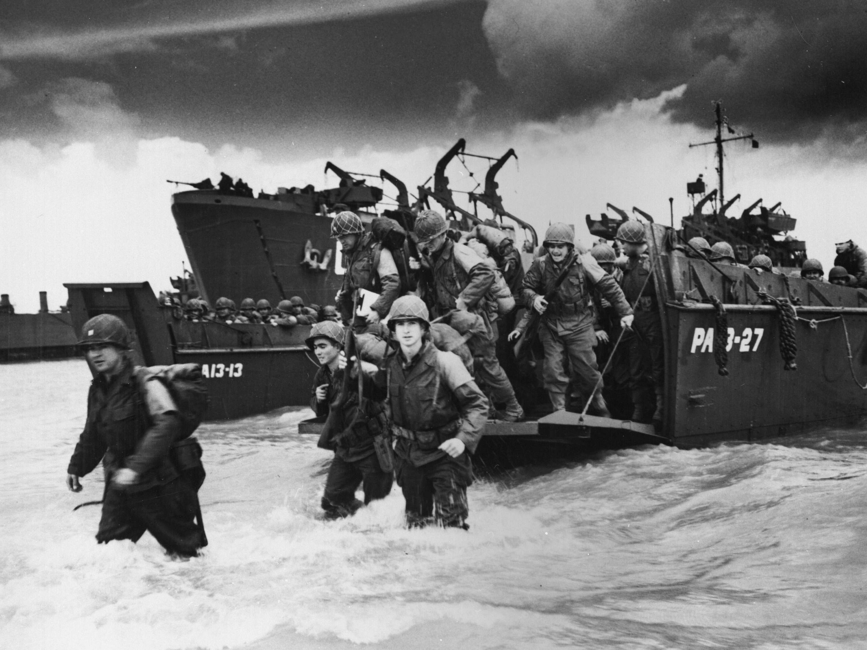 """O maior desembarque anfíbio da história: nos olhos, medo e """"luz da batalha"""" (Photo by Roger Viollet/Getty Images)"""