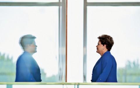 Dilma no espelho: uma diz que a outra está errada, e as duas estão certas