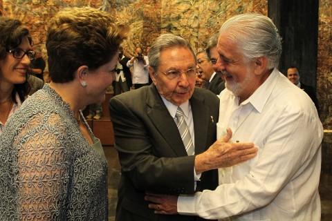 """Jaques Wagner acompanhou Dilma Rousseff a Cuba quando a segurança pública da Bahia entrava em transe, com uma greve já decretada. Enquanto abraçava um notório assassino em Cuba, Raúl Castro, os assassinos do povo baiano se preparavam para agir. Cuba era o sonho dourado da turma para """"combater a ditadura dos gnerais brasileiros""""..."""