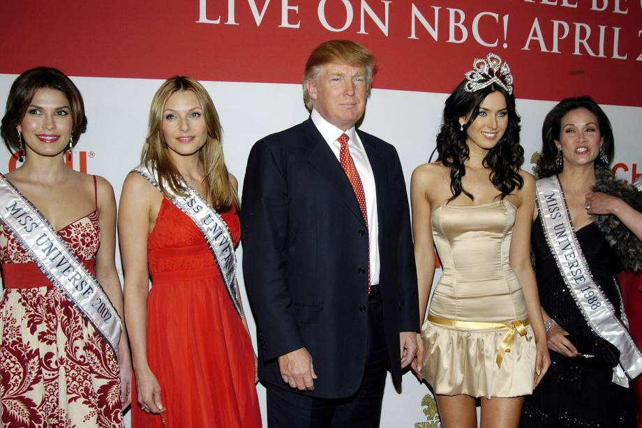 "Justine Pasek, Miss Universo 2002, Mona Grudt, Miss Universo 1990, Donald Trump, Natalie Glebova, Miss Universo 2005 e Porntip ""Bui"" Nakara Simon, Miss Universo 1988 (Foto de Carley Margolis"