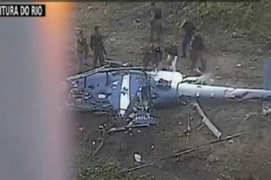 Helicóptero da PM cai no Rio de Janeiro
