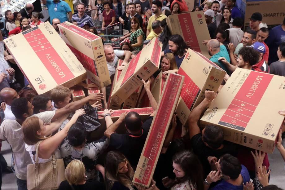 Consumidores aproveitam a Black Friday no hipermercado Extra, na Zona Sul de São Paulo