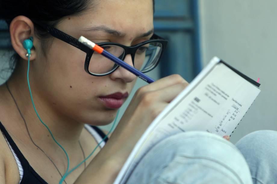 Estudante aproveita últimos minutos antes da prova da Fuvest para rever conteúdo
