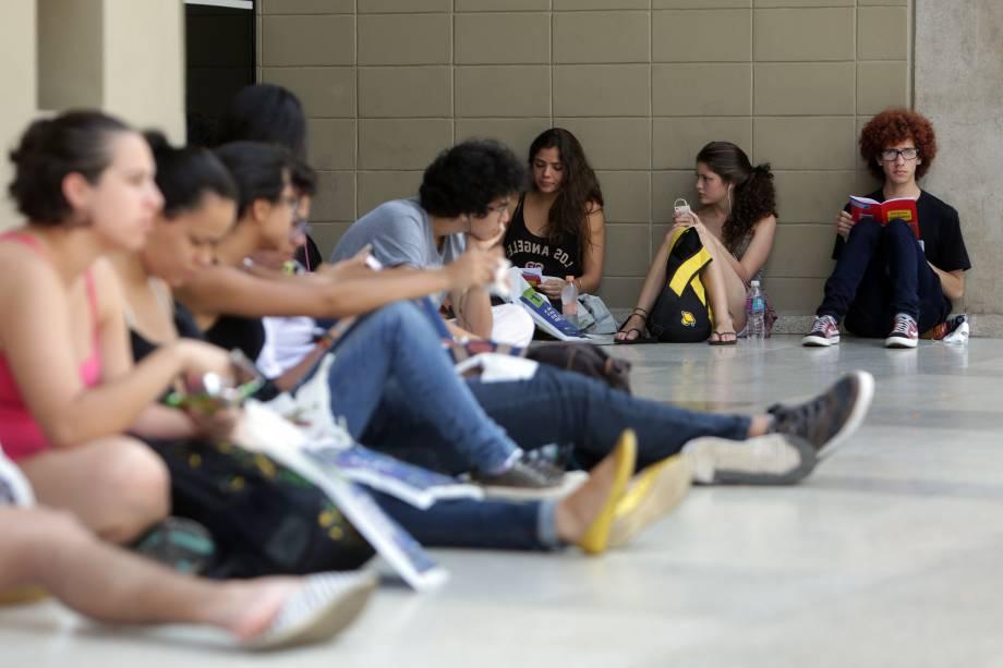Estudantes aproveita últimos minutos antes da prova da Fuvest para rever conteúdo
