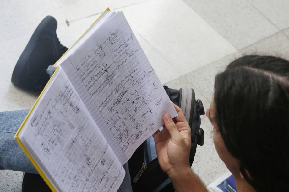 Estudante aproveita últimos minutos antes da prova para rever conteúdo que cairá na prova da Fuvest, vestibular que garante vaga na USP - 27/11/2016