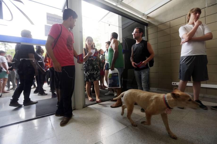 Estudantes entram no prédio da FEA-USP, local onde farão a prova da Fuvest, em São Paulo - 27/11/2016