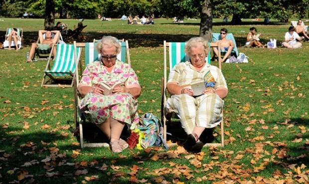 Senhoras leem no Hyde Park, em Londres: padrão de vida dos idosos está melhor que dos jovens ingleses