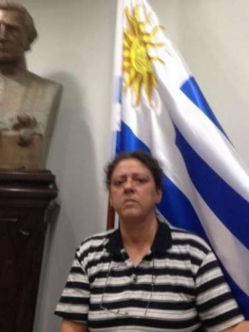 De camisa listrada, Eloísa Samy tenta se livrar na cadeia, escondendo-se no Consulado do Uruguai