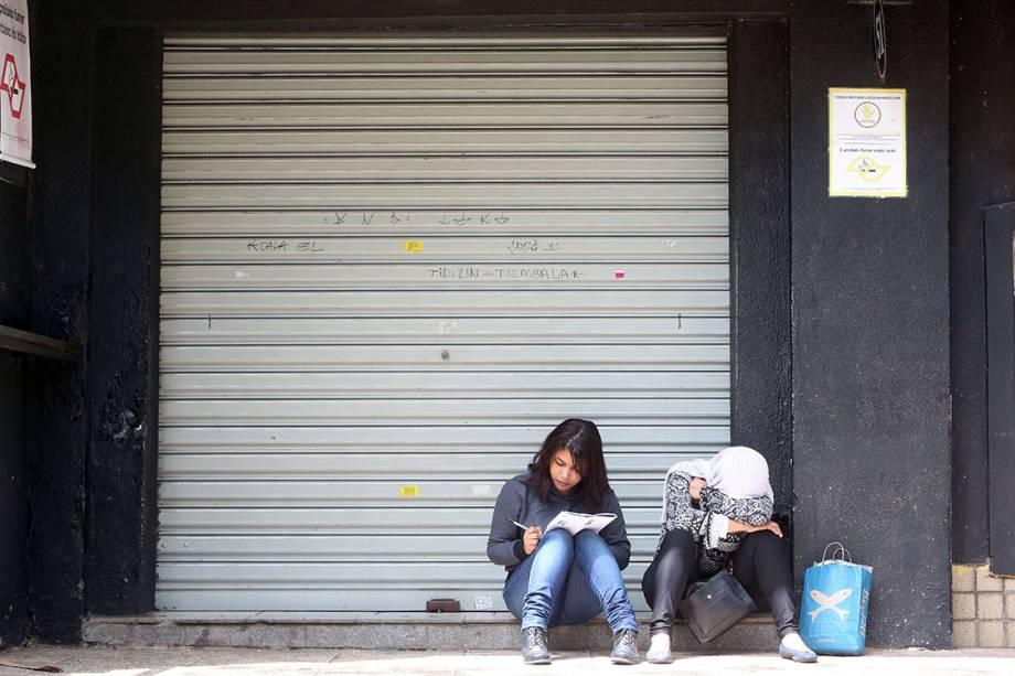 Estudantes aguardam para realizar o segundo dia da prova do Enem, em São Paulo
