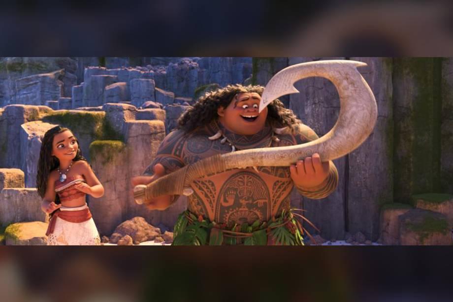 Maui (Dwayne Johnson) e Moana (Auli'i Cravalho) se aventuram para salvar a natureza