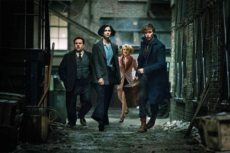 Jacob (Dan Fogler), Porpentina (Katherine Waterston), Queenie (Alison Sudol) e Newt Scamander (Eddie Redmayne) em'Animais Fantásticos e Onde Habitam'