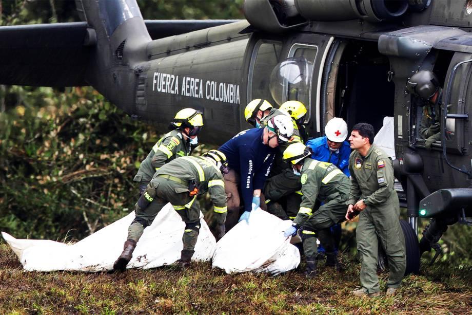 Membros da Força Aérea colombiana realizam resgate das vítimas do voo que transportava a equipe da Chapecoense, que iria disputar a final da Copa Sul-Americana, em Medellín, na Colômbia - 29/11/2016