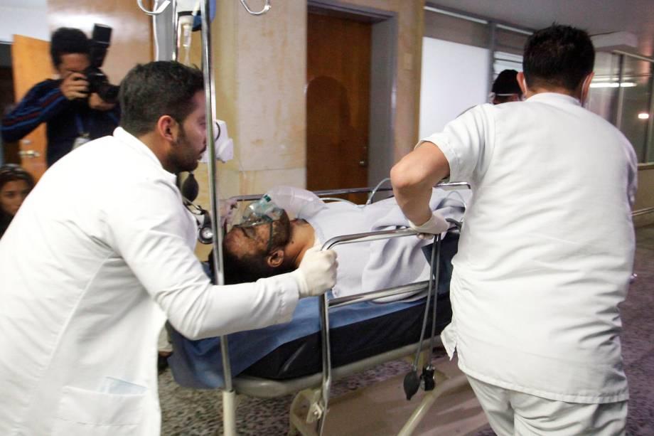 O jogador Alan Ruschel da Chapecoense recebe atendimento médico após um acidente de avião em Antioquia, na Colômbia - 29/11/2016