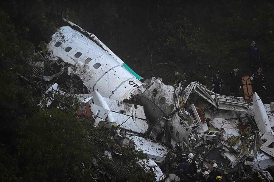 Equipes de resgate buscam sobreviventes entre os destroços do avião da Lamia que transportava a equipe da Chapecoense, e caiu nas montanhas de Cerro Gordo, no município de La Union, na Colômbia