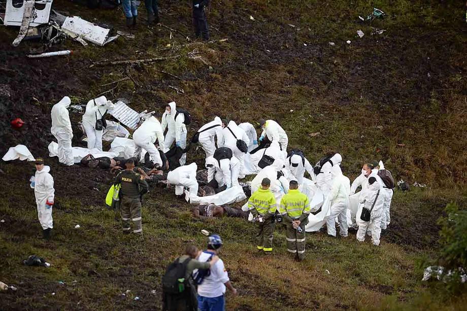 Corpos são retirados após acidente de avião com a delegação da Chapecoense na Colômbia