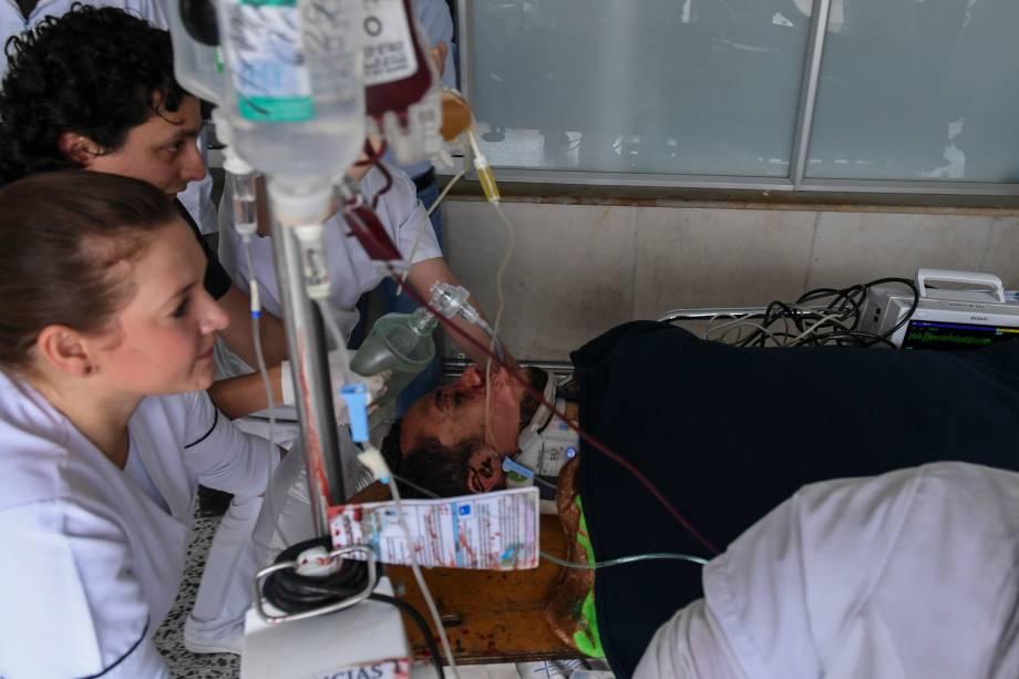 O jogador da Chapecoense, Helio Neto, é atendido por paramédicos na clínica San Juan de Dios em La Ceja, departamento de Antioquia, na Colômbia