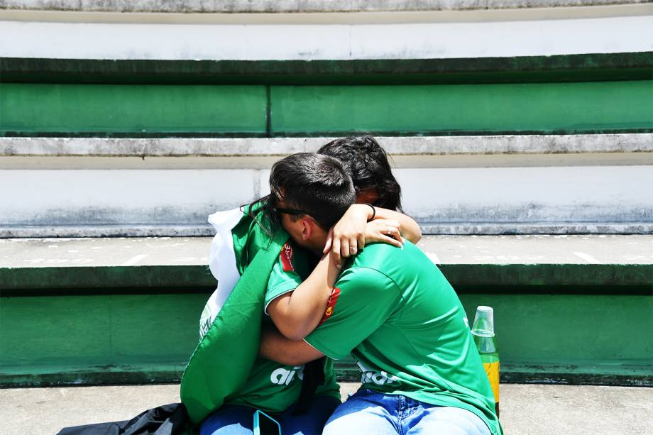 Torcedores da Chapecoense choram na Arena Condá, em Chapecó (SC), durante homenagens às vítimas do voo que transportava a equipe catarinense para Medellín, na Colômbia, para a disputa da final da Copa Sul-Americana - 29/11/2016