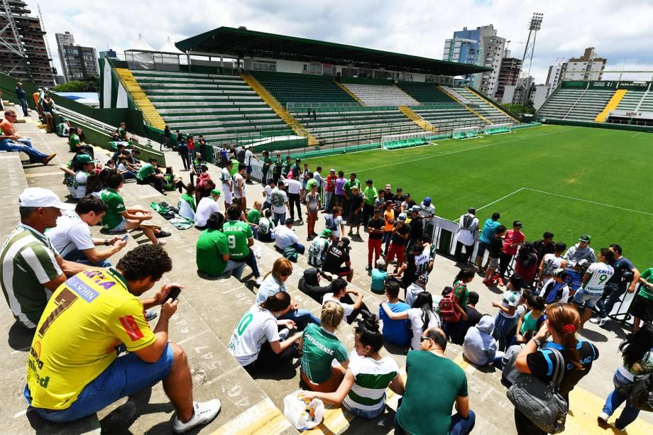 Torcedores da Chapecoense se reúnem na Arena Condá, em Chapecó (SC), para prestar homenagens às vítimas do voo que transportava a equipe catarinense para a cidade de Medellín, na Colômbia - 29/11/2016
