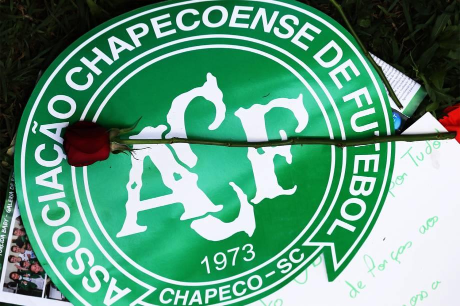 Flor é fotografada sobre logo da Chapecoense, na Arena Condá, em Chapecó (SC),  durante homenagens às vítimas do voo que transportava o clube catarinense para a disputa da final da Copa Sul-Americana, em Medellín, na Colômbia - 29/11/2016