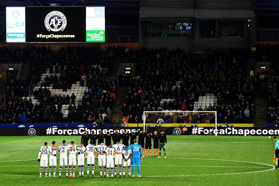 Jogadores do Newcastle e do Hull City fazem um minuto de silêncio, em homenagem às vítimas do voo que transportava a equipe da Chapecoense, antes de partida válida pelas quartas-de-final da Copa da Liga Inglesa - 29/11/2016