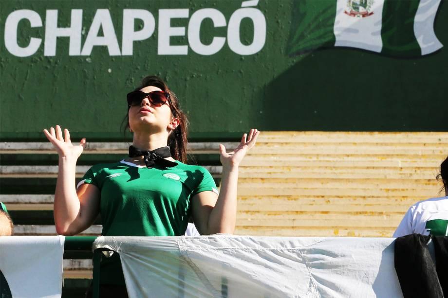 Torcedora da Chapecoense realiza oração na Arena Condá, em Chapecó (SC), durante homenagens às vítimas do voo que transportava o clube catarinense - 29/11/2016