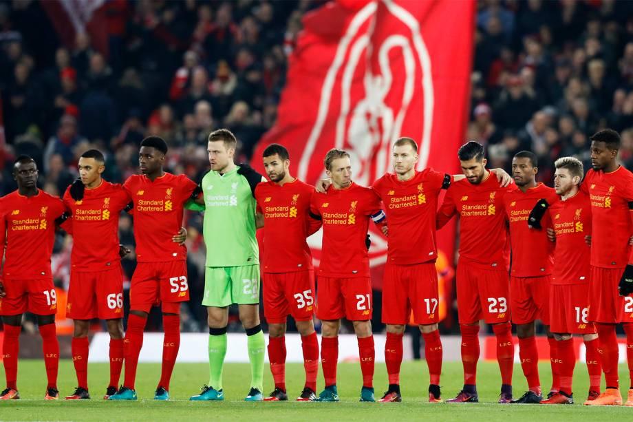 Jogadores do Liverpool fazem um minuto de silêncio antes de partida válida pela Copa da Liga Inglesa, em homenagem às vítimas do voo que transportava a equipe da Chapecoense, que iria disputar a final da Copa Sul-Americana em Medellín, na Colômbia - 29/11/2016