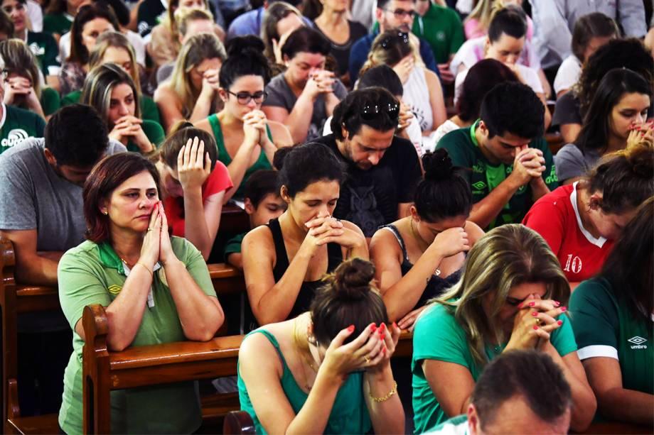 Missa é realizada em Chapecó (SC), em homenagem às vítimas do voo que transportava a equipe da Chapecoense - 29/11/2016