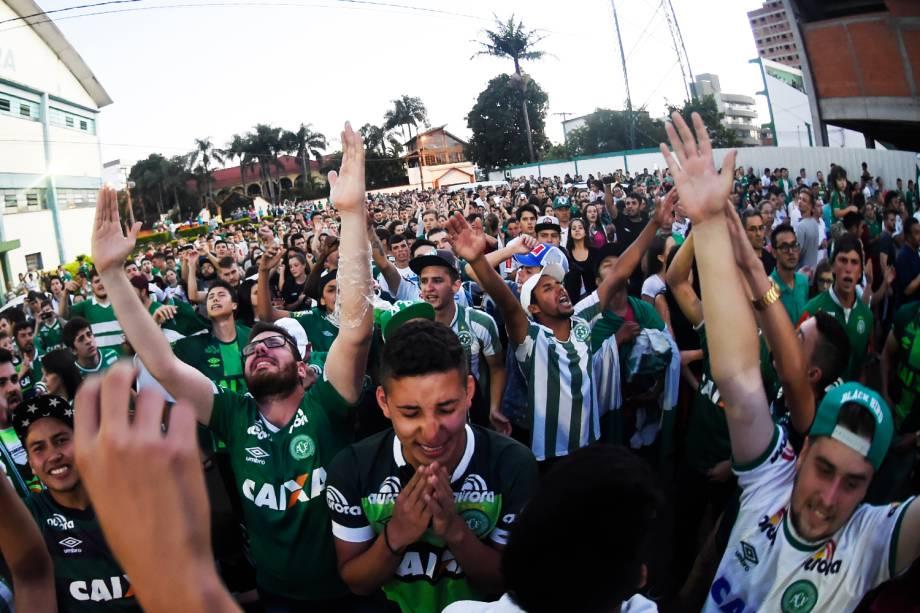 Torcedores da Chapecoense prestam homenagens ao clube catarinense próximos à Arena Condá, em Chapecó (SC), após aeronave que transportava a delegação cair na Colômbia - 29/11/2016