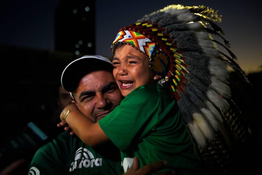 Menina com cocar é vista na Arena Condá, em Chapecó (SC), durante homenagens ao clube catarinense após aeronave que transportava a delegação cair na Colômbia - 29/11/2016