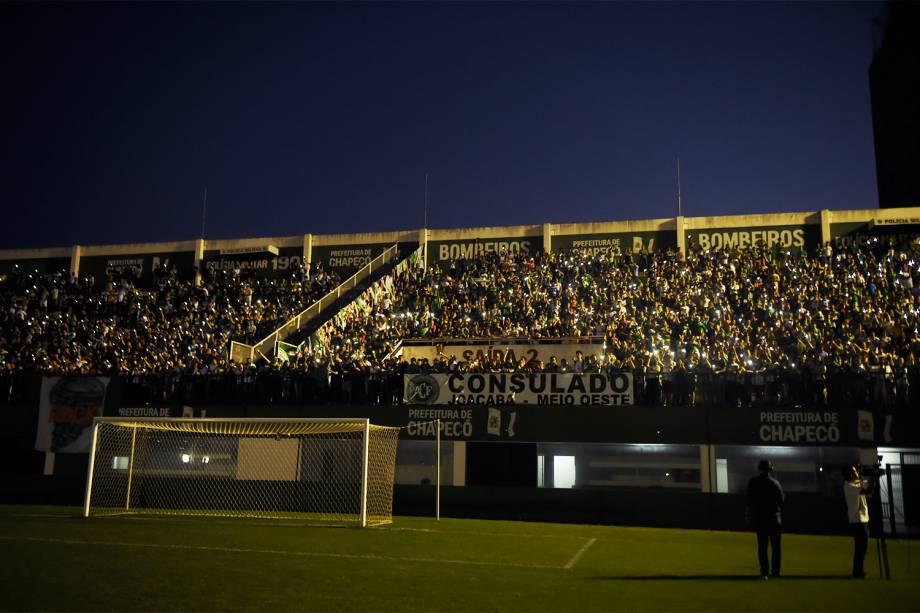 Torcedores da Chapecoense prestam homenagens ao clube catarinense na Arena Condá, em Chapecó (SC), após aeronave que transportava a delegação cair na Colômbia - 29/11/2016