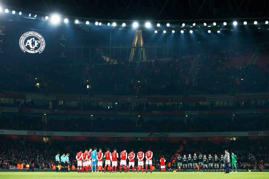 Jogadores do Arsenal e do Southampton fazem um minuto de silêncio antes de partida válida pela Copa da Liga Inglesa, em memória às vítimas do voo que transportava a equipe da Chapecoense - 30/11/2016