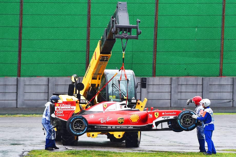 Carro do piloto finlandês Kimi Raikkonen, da equipe Ferrari, é guinchado após sofrer batida durante o Grande Prêmio do Brasil de Fórmula 1, realizado no Autódromo de Interlagos - 13/11/2016