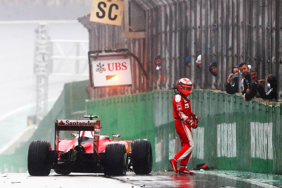O piloto finlandês Kimi Raikkonen, da equipe Ferrari, abandona prova após bater em muro, durante o Grande Prêmio do Brasil de Fórmula 1, realizado no Autódromo de Interlagos - 13/11/2016