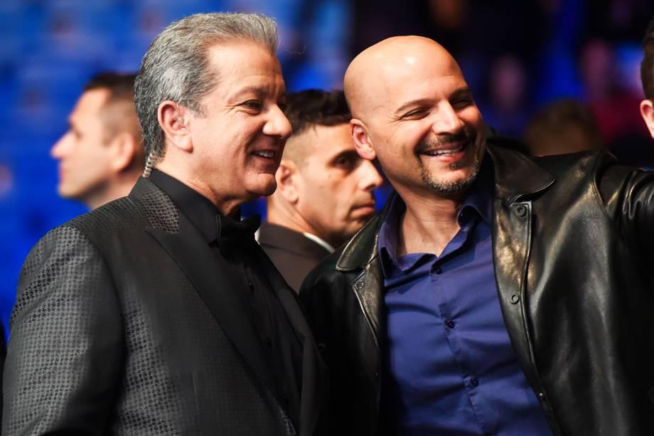 O locutor oficial do UFC, Bruce Buffer, tira fotos com público ao chegar ao Ginásio do Ibirapuera, em São Paulo (SP) - 19/11/2016