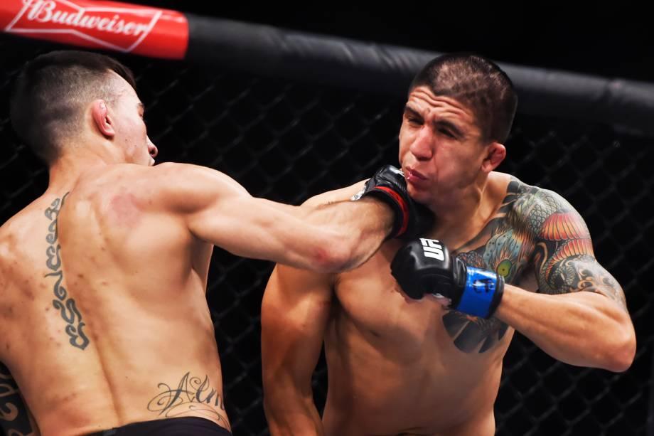 Thomas Almeida acerta golpe em Albert Morales, na quinta luta do card principal do UFC Fight Night, realizado no Ginásio do Ibirapuera, em São Paulo (SP) - 20/11/2016