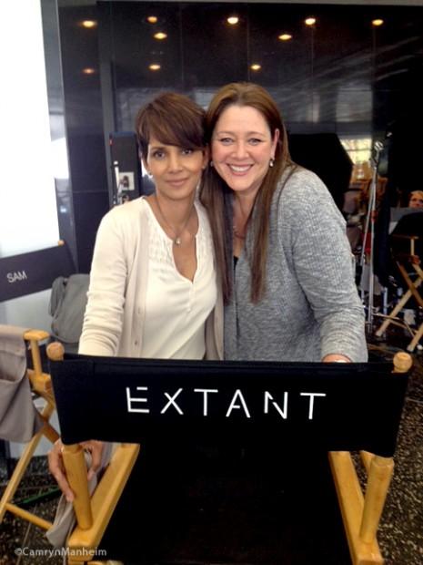 Berry e Camryn Manheim nos bastidores de 'Extant'.