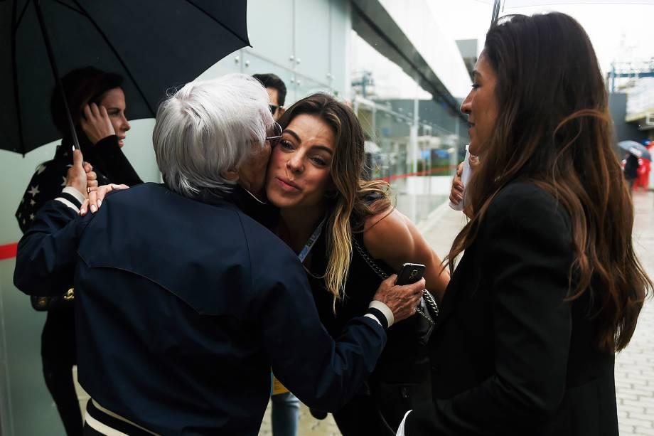 """Daniela Cicarelli cumprimenta o diretor-executivo da Formula One Management,<span style=""""line-height: 1.5;"""">Bernie Ecclestone, durante o Grande Prêmio do Brasil de Fórmula 1, realizado no Autódromo de Interlagos, zona sul de São Paulo (SP) - 13/11/2016</span>"""