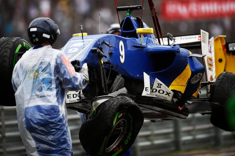 Carro do piloto Marcus Ericsson, da equipe Sauber, é guinchado após sofrer batida durante o Grande Prêmio do Brasil de Fórmula 1, realizado no Autódromo de Interlagos - 13/11/2016